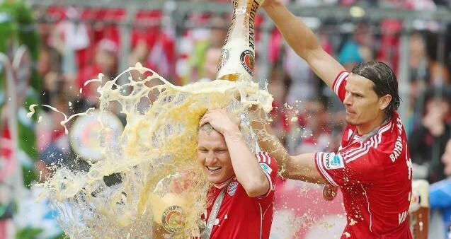 拜仁球员啤酒庆祝夺冠
