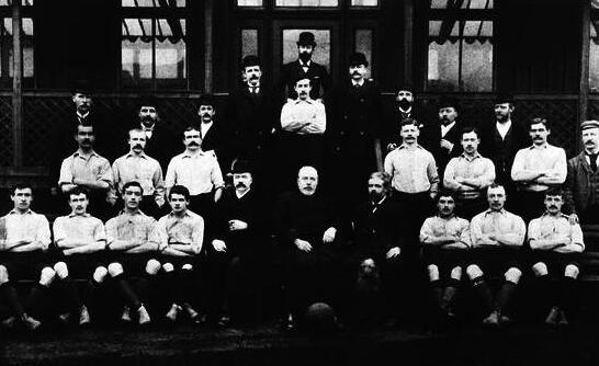 1893年利物浦球队(前排中间即创始人John Houlding)。